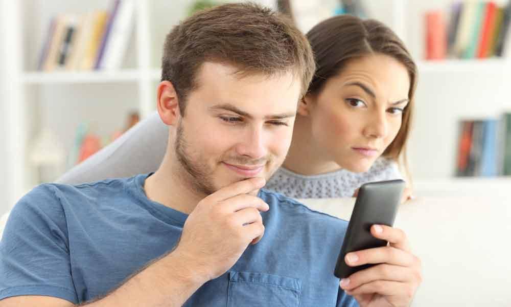 گوشی همسرم را چک کنم یا نه ؟
