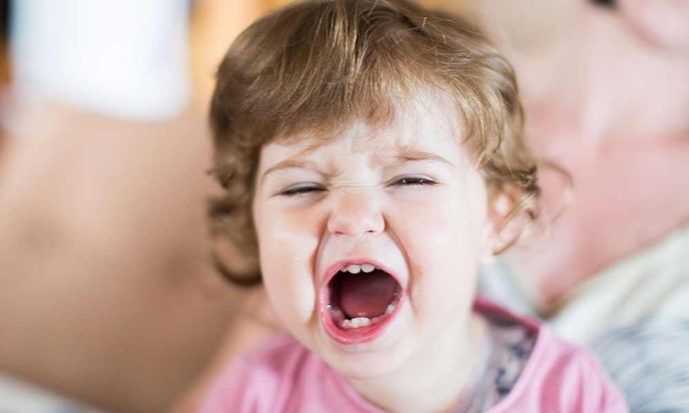 جیغ زدن کودکان نوپا | علل و نحوه صحیح برخورد