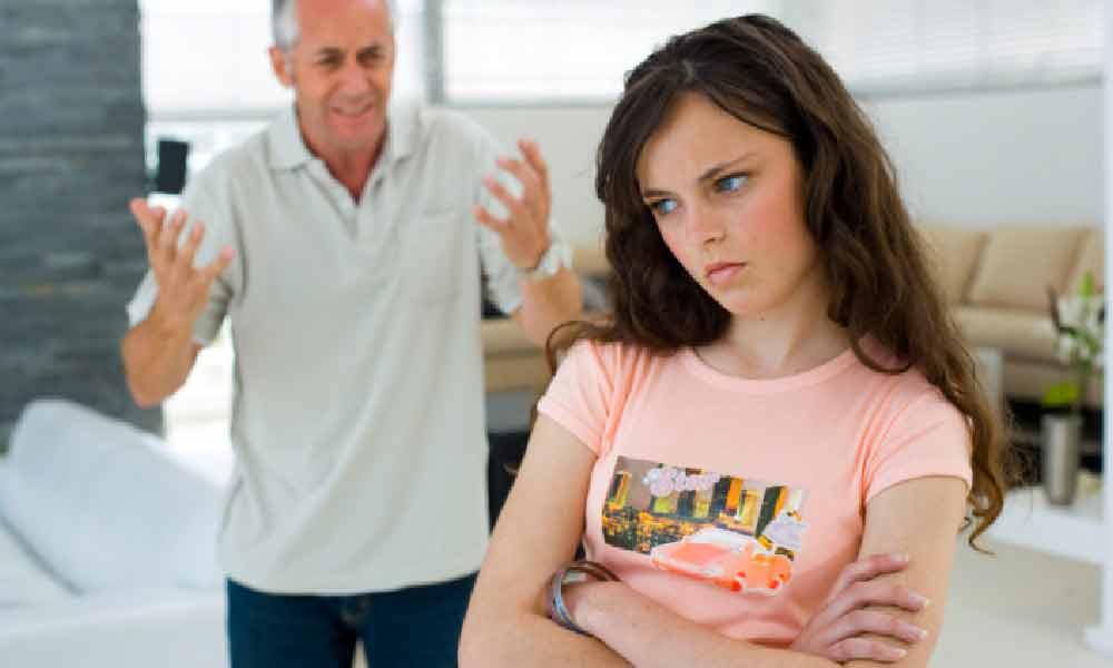 رفتار پدر با دختر |  رفتار پدر با دختر چگونه باید باشد؟