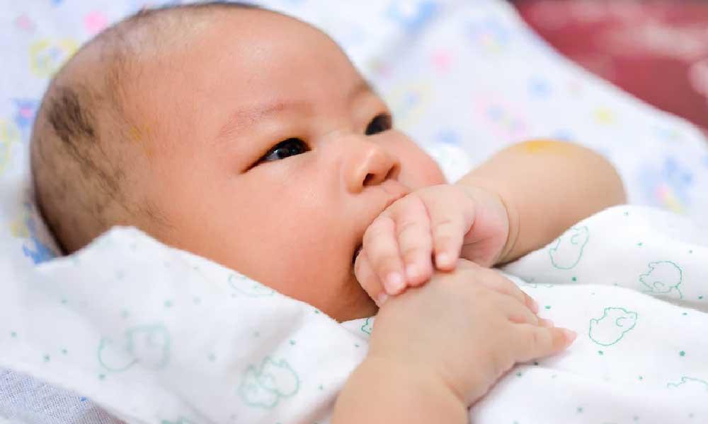 مکیدن انگشت نوزاد | بازتاب، عوارض و راه های جلوگیری از مکیدن انگشت