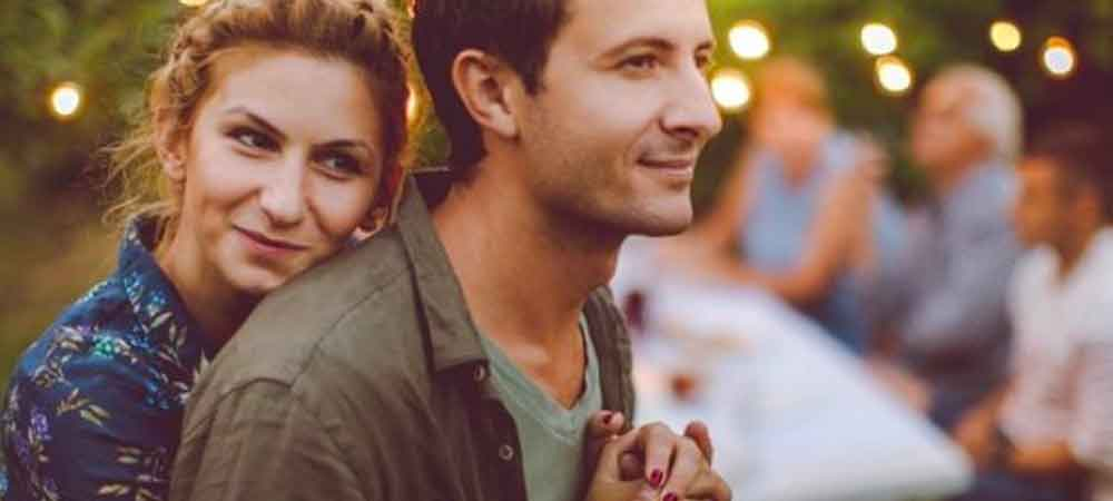 در جمع دوستان و خانواده، همسرتان را تحسین کنید