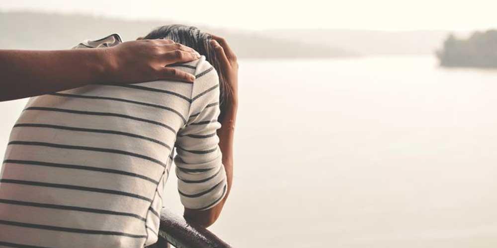 چطور با فردی که از خودکشی صحبت میکند، برخورد کنیم؟