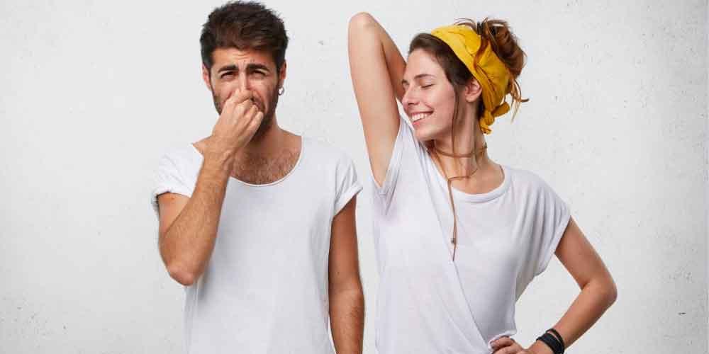 چگونه به همسرمان بگوییم بدنش بو میدهد؟