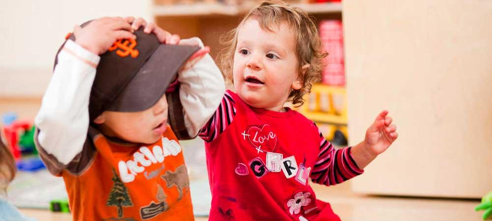 چگونه با کودکی که دست بزن دارد رفتار کنیم؟