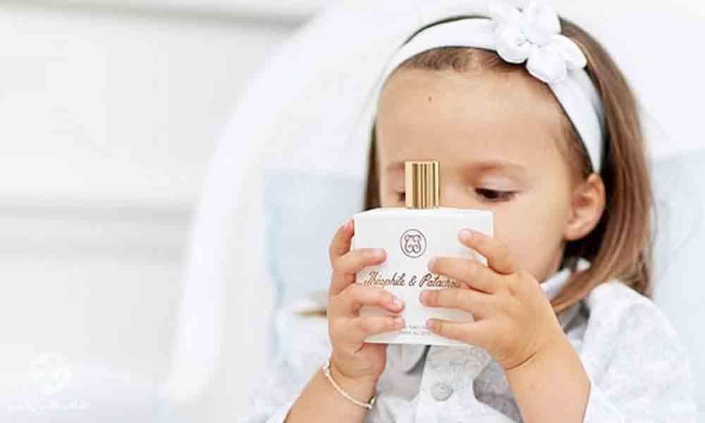عطر زدن به کودک | آیا عطر زدن برای کودک ضرر دارد؟