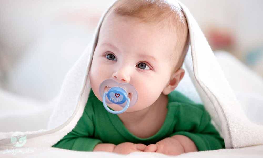 استفاده از پستانک برای نوزاد | مضرات و مزایا