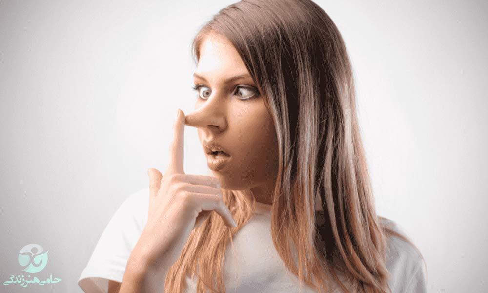 دروغ گفتن در زنان | علل و آسیب های دروغ زنان