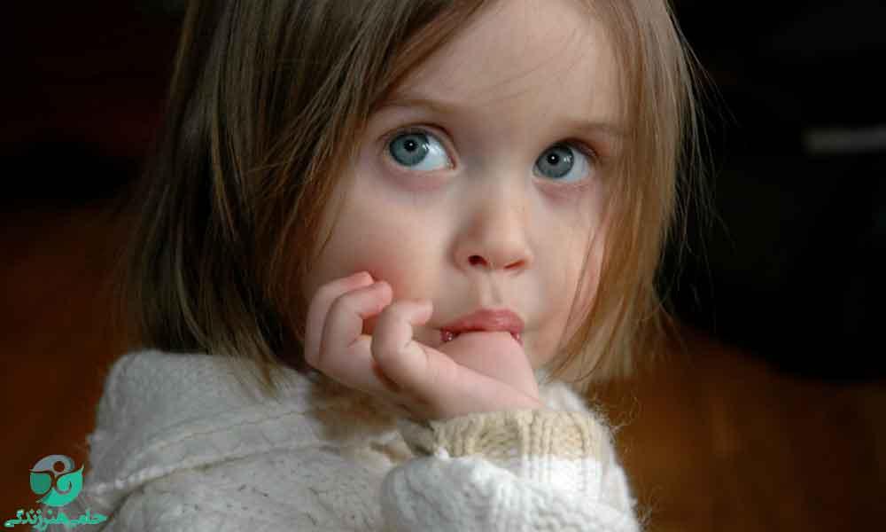 مکیدن انگشت در کودکان | علت و توصیههایی برای رهایی از آن