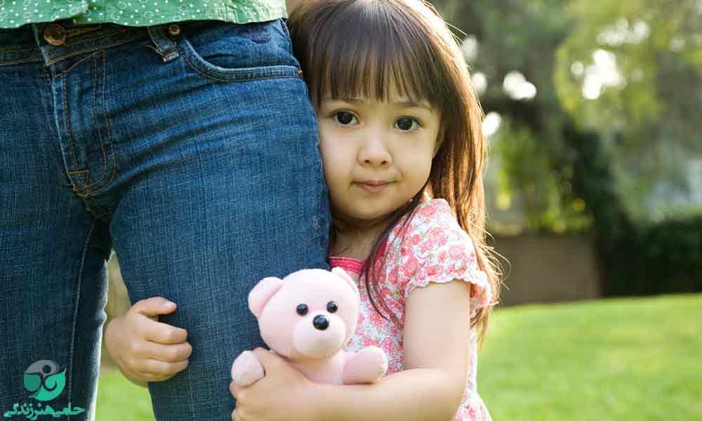 ترس از غریبه ها در کودکان | راهکارهایی برای کاهش ترس کودک از دیگران