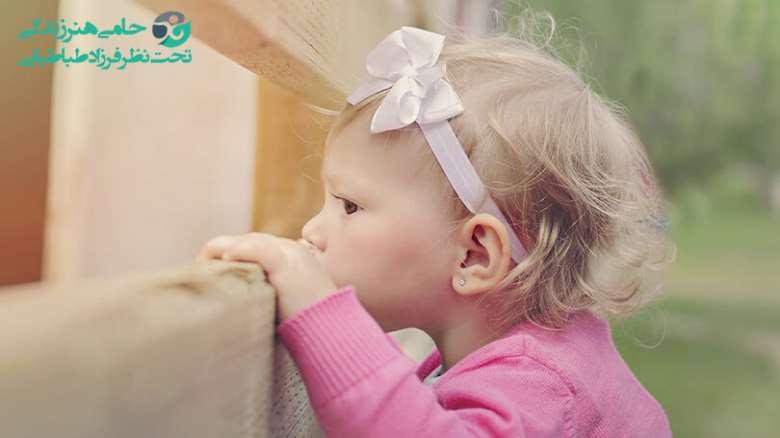 رفتار با کودکان فضول و خبرچین چگونه باید باشد؟ علت فضولی کودکان