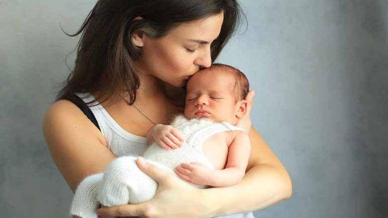 بوسیدن نوزاد | فواید و ضرر های بوسیدن نوزاد
