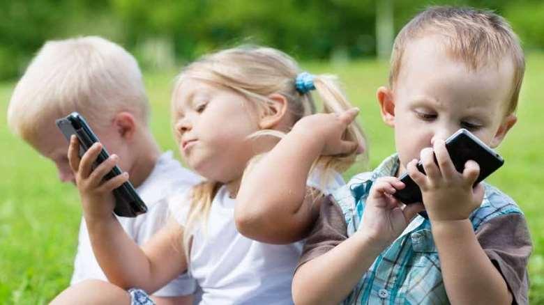 استفاده کودک از موبایل | اثرات منفی موبایل بر کودکان
