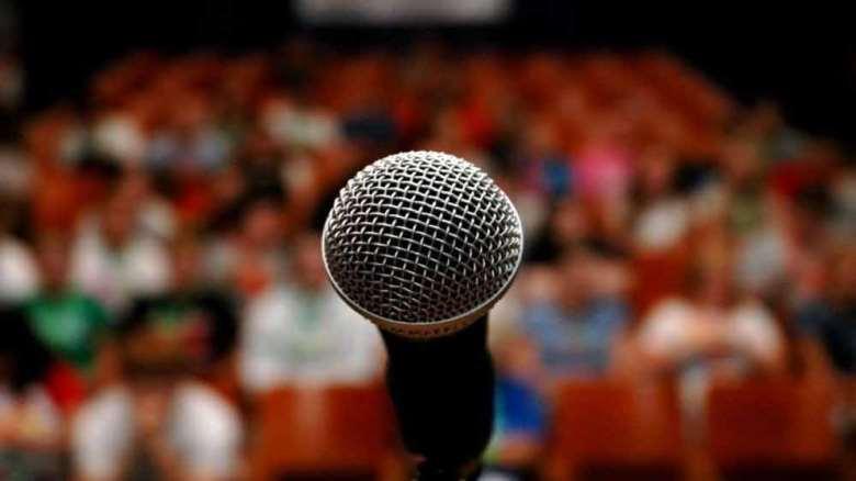 ترس از صحبت کردن در جمع | علت و راه های مقابله