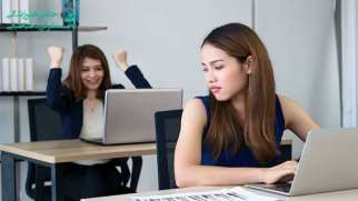 مقابله با حسادت به موفقیت دیگران | دلایل و راهکار های مقابله ای