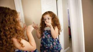 حرف زدن کودک با خودش |  علل و فوائد حرف زدن کودک با خودش