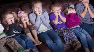 به کودکان فیلم ترسناک نشان ندهید.