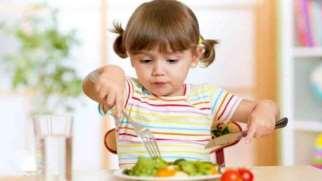 چگونه به کودک آموزش دهیم خودش غذا بخورد