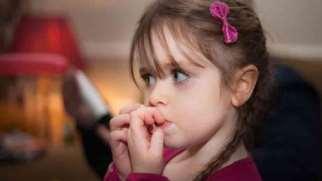 ناخن جویدن کودکان | علت ها و روش های درمان ناخن جویدن کودکان