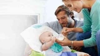 بالا آوردن شیر نوزاد | نشانه ها، علل و درمان استفراغ نوزاد
