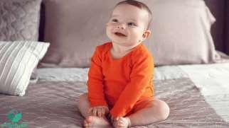 نشستن نوزاد از چه زمانی شروع میشود و چه مراحلی دارد؟