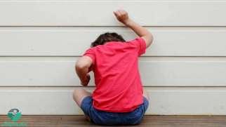 خودآزاری در کودکان اوتیسم | علت خودزنی ها در کودک اتیسم